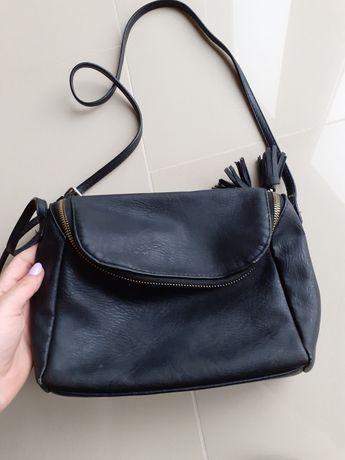 Czarna torebka kopertówka na pasku H&M frędzle