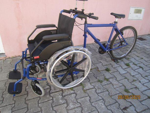 Cadeira de rodas com bicicleta