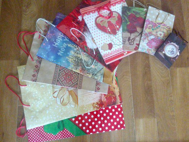 Подарункові пакети, пакети для подарунків.