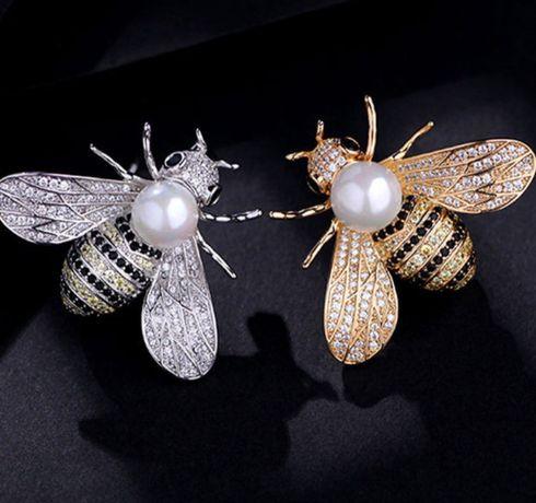 Broszka spinka mucha ozdoba pszczoła nowa srebrna perła biała piękna