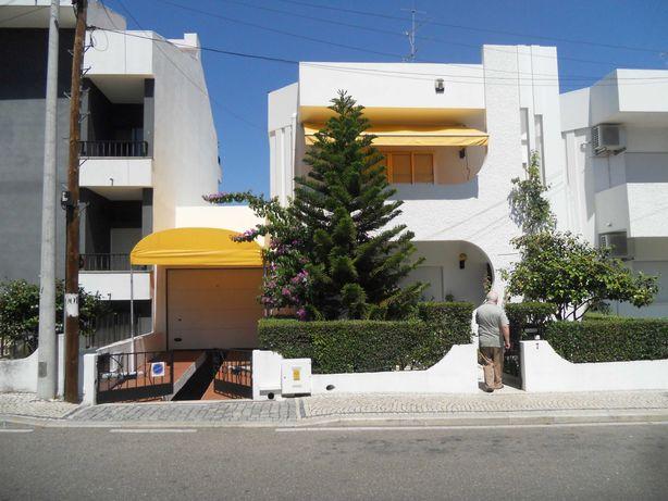 Moradia c/ 3 pisos, barbacue, caldeira, garagem p/ 2 carros