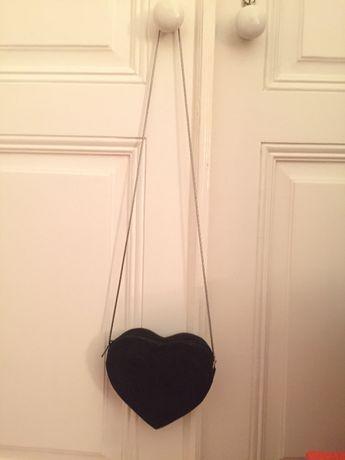 Mala preta em formato coração