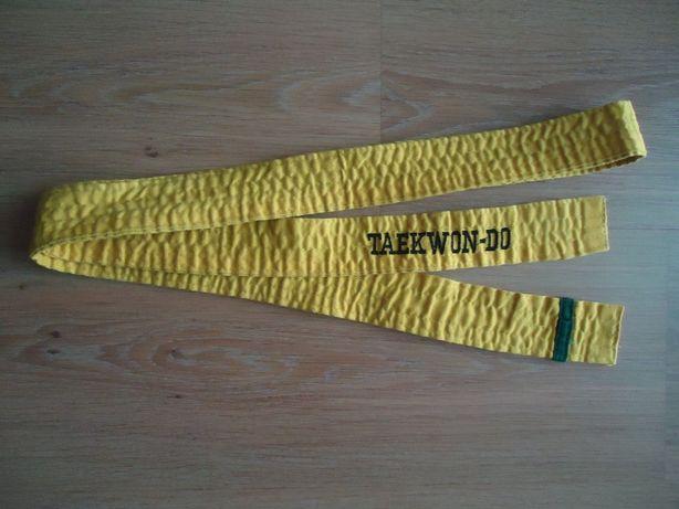 Новый жёлтый пояс с зелёной полосой для занятий Тхеквондо.