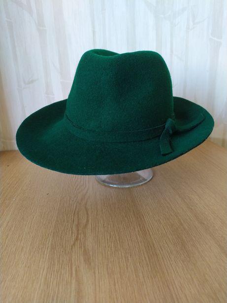 Зелёная шляпа из фетра