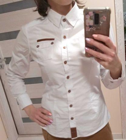 Śliczna biała koszula