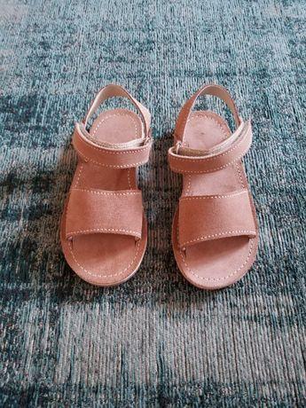 Sandálias em pele Marca Esquilo Tamanho 26 NOVAS