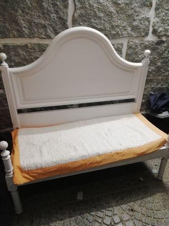 Um banco em madeira de castanho pintado em branco