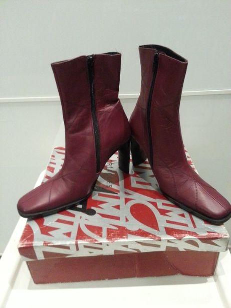 Piękny bordowy wygląd butów ze skóry.