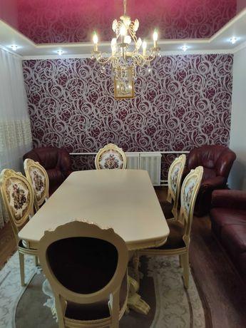 Стіл і стільці у вітальню
