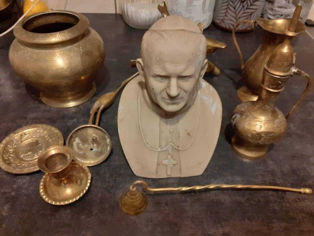 Popiersie papieża i ozdoby mosiężne