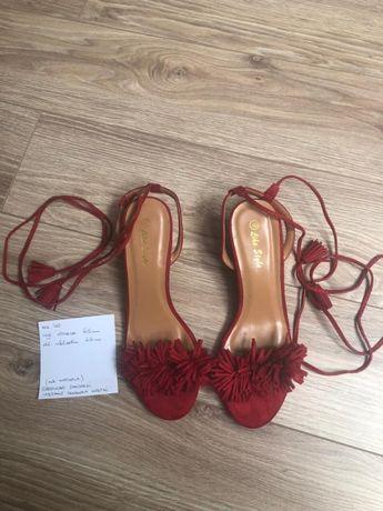 Czerwone sandałki wiązane na kostce