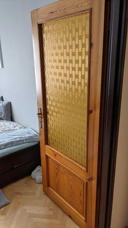 Lite drzwi sosnowe.