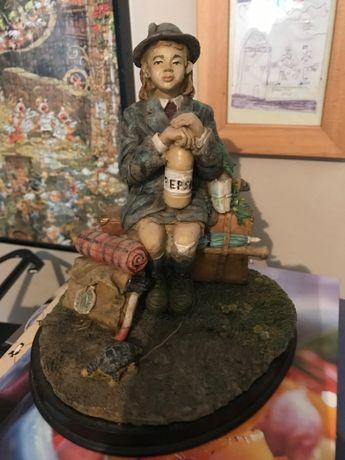 Estatueta com base em madeira