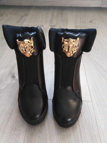 NOWE Czarne buty na platformie koturnie ze złotym lwem 39
