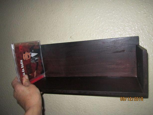 Prateleira de madeira para CDs