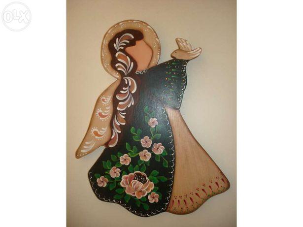 Anjo de madeira pintado à mão