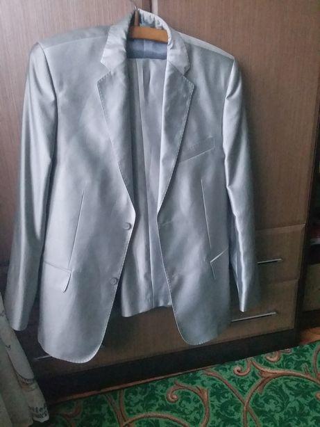 Продам гарний костюм!