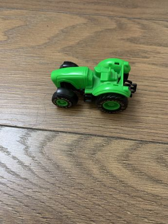 Яркий зеленый трактор