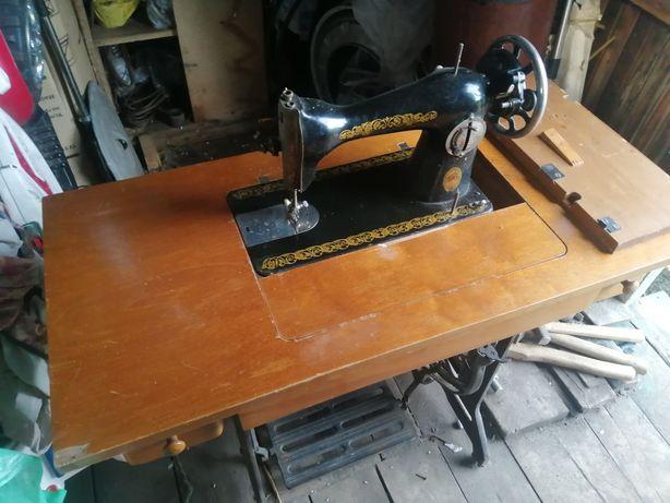 Швейная машинка Подолка с ножным управлением