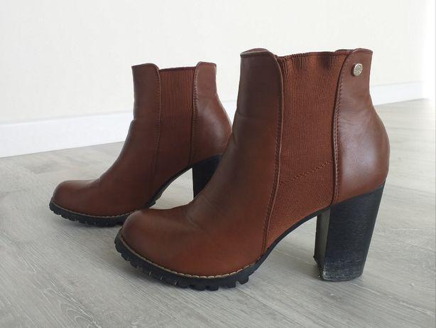 Buty na słupku, z wyższą cholewką, 38