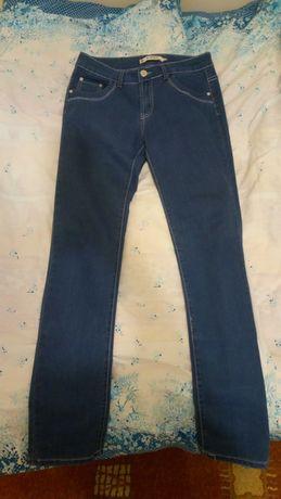 Błękitne jeansy z niskim stanem