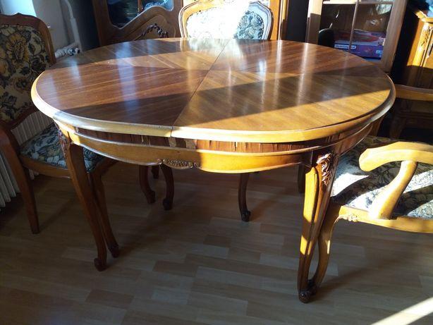 Stylowy stół z krzesłami i fotelami