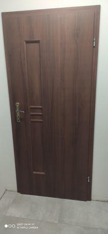 Ościeżnice regulowane z drzwiami