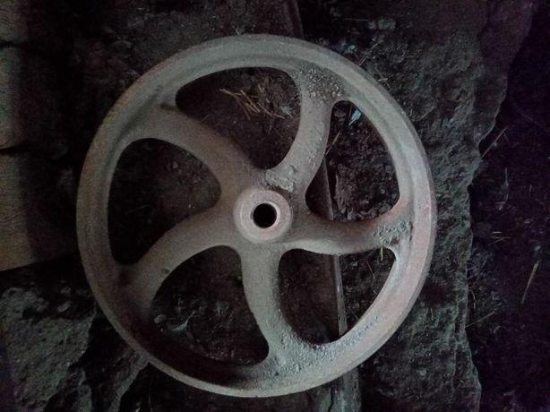 Продам  металеве  колесо  є одне  наявності  Всі деталі  по  телефону.