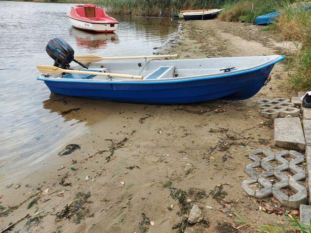 Łódka z silnikiem spalinowym