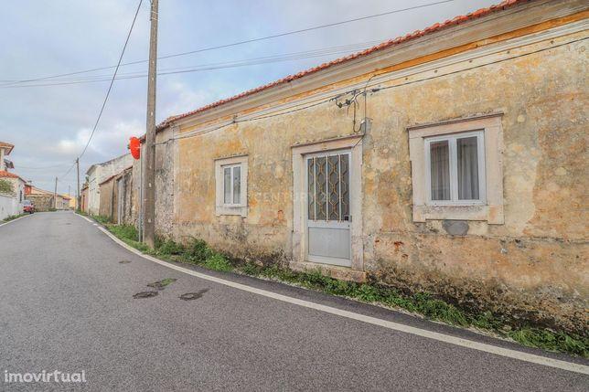 Moradia antiga T1, para restaurar, com quintal e anexos, na Cova da Se