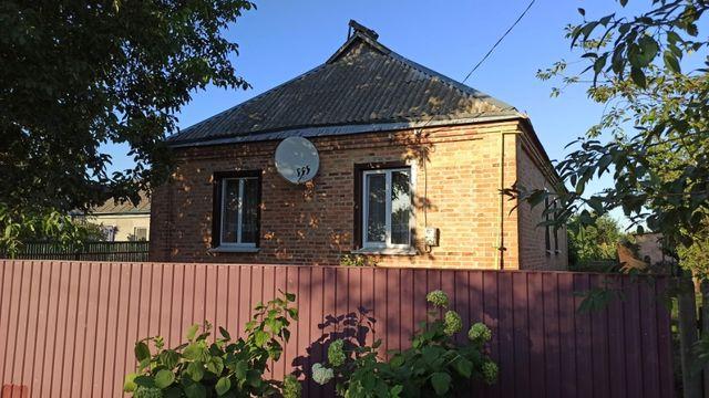 Продається - Добротній цегляний будинок з комунікаціями.