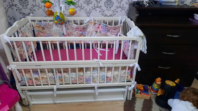 Продам детскую кроватку с матрацом и комплектом белья для девочки