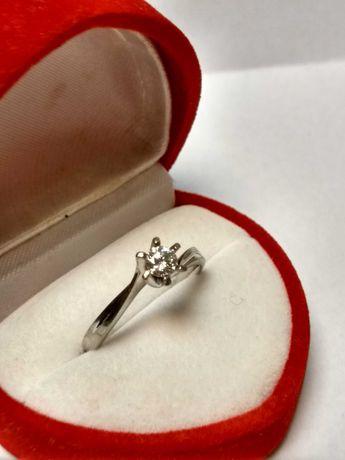 Złoty pierścionek z brylantem Apart 0,25ct /pr 585/2,5g/r.14