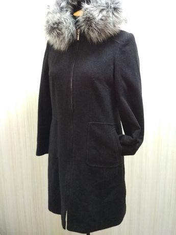 Пальто выполнено из шерсти высокого качества.