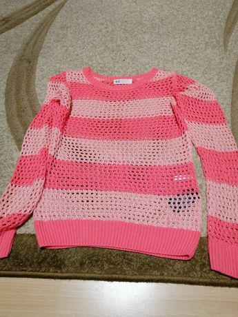 Sweterek dziewczęcy rozm 134/140, cena 10 zł. Dł 52cm, szer 37 cm.