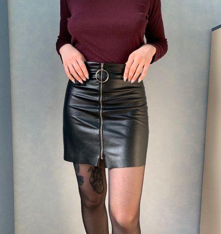 трендовая кожаная юбка на змейке высокая посадка черная