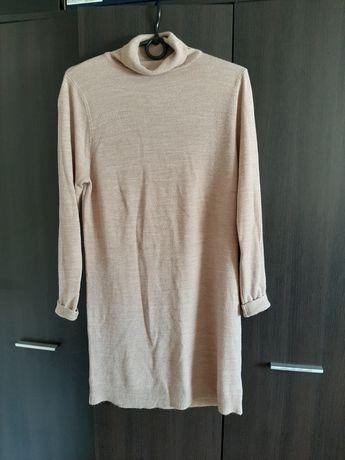 Sukienka beżowa sweterkowa w golfem