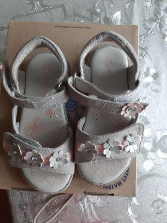 Sandałki dziewczęce 24