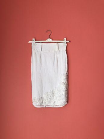 Biała elegancka spódnica z paskiem kwiaty