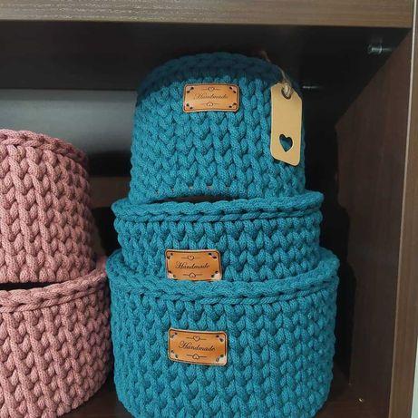 Koszyk ręcznie robiony ze bawełnianego.