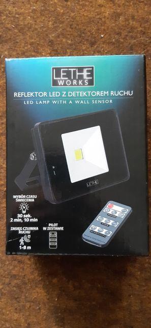 Reflektor LED z detektorem ruchu i pilotem