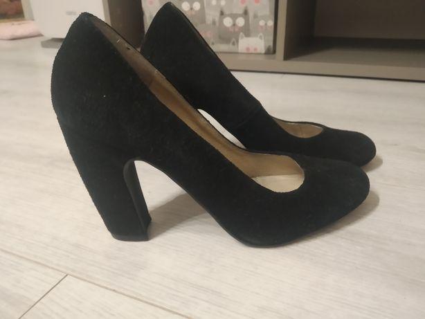 czarne buty na słupku, oddam za czekoladę;)