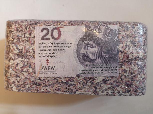 Kasa 25.000 zł w pociętych banknotach kostka przycisk