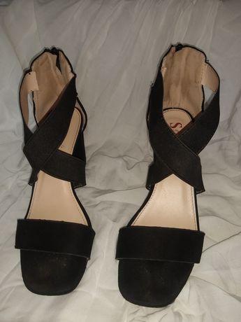 Czarne sandałki na obcasie