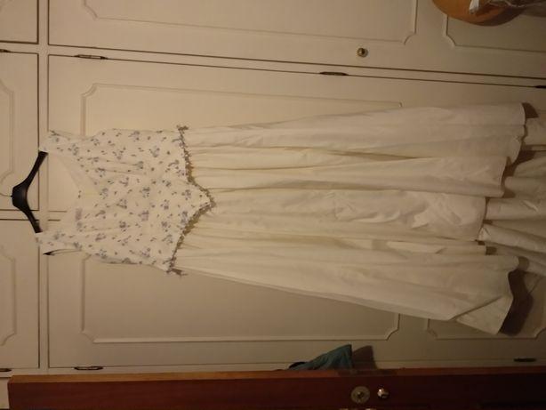 Vestido noiva com Corpete bordado com flores azuis.