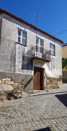 Casa no centro de aldeia em QUINTÃ DE PÊRO MARTINS