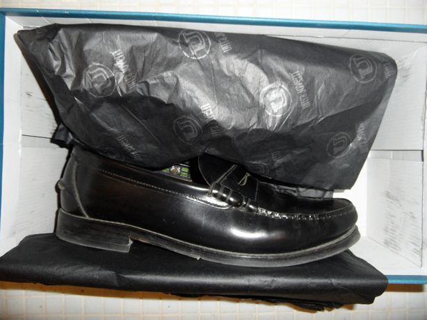 Sapatos pretos em pele