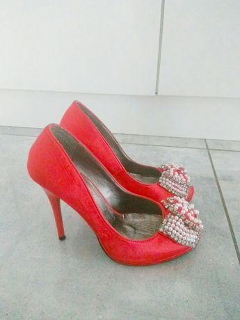 Piękne czerwone buty z cyrkoniami.