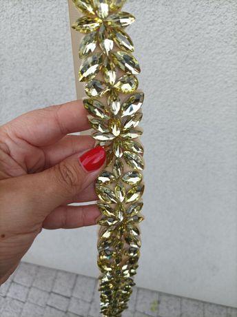 Pasek ze złotymi kamieniami do sukienki