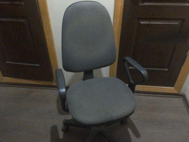 Офисный компьютерный стул на колесиках